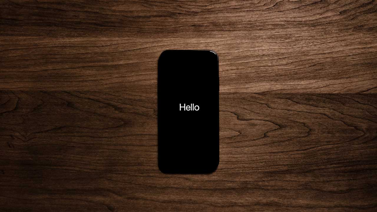 Siri welcome greeting on an iPhone screen.